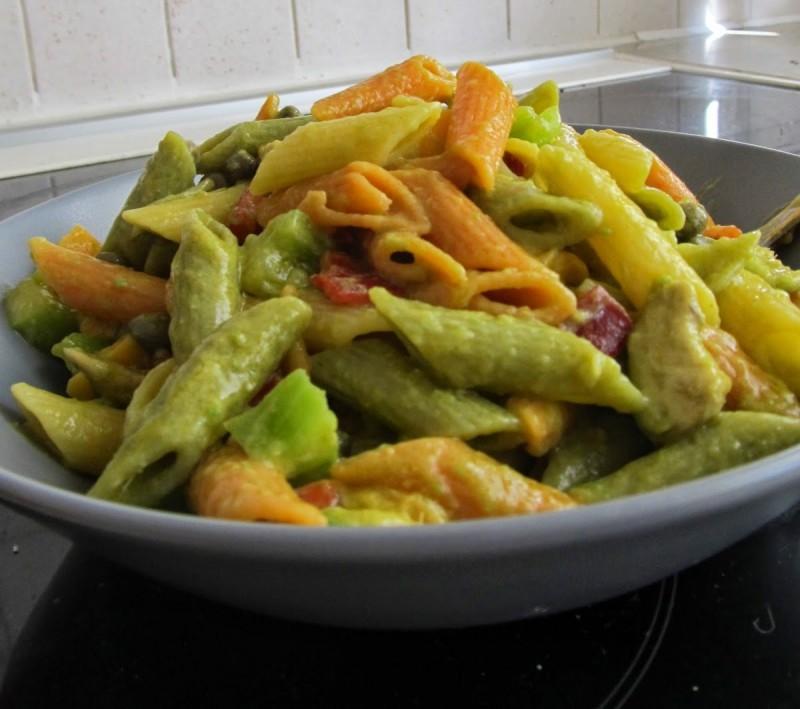 Τρίχρωμα μακαρόνια με αβοκάντο