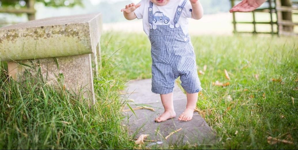 Γιατί πρέπει να αφήνουμε τα παιδιά να περπατάνε ξυπόλυτα