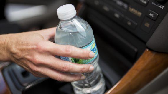 Προσοχή! Μην πίνετε νερό από τα ξεχασμένα μπουκάλια στο αυτοκίνητο