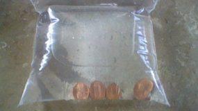 Ρίχνει κέρματα σε μια σακούλα με νερό.Ο λόγος θα σας ενθουσιάσει!