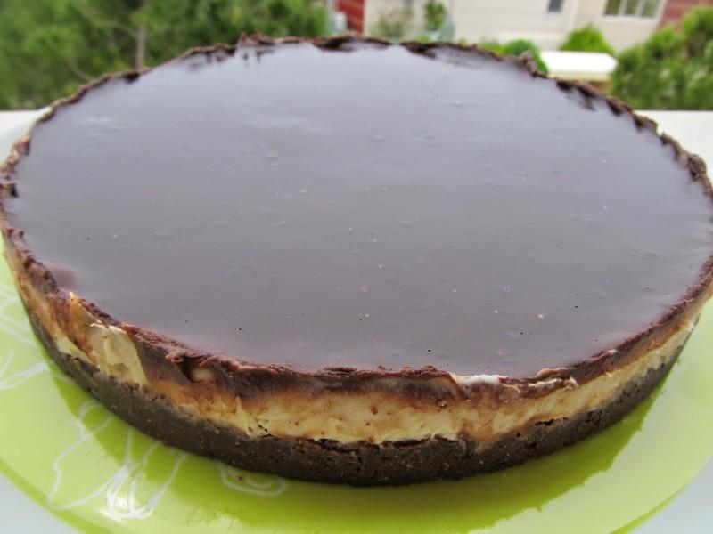 Γλυκάκι με μπισκοτένια βάση,κρέμα καρύδα και επικάλυψη σοκολάτας