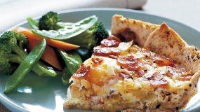 Τάρτα με βάση ψωμί του τόστ, αυγά, μπέικον και τυριά