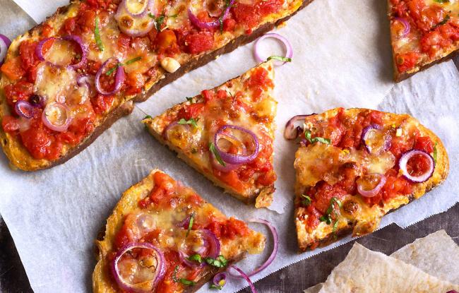 Πίτσα με τραγανή βάση από καρβέλι ψωμί