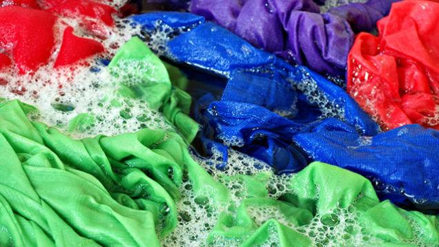 Τεστ για να δείτε αν τα ρούχα βγάζουν χρώμα και όλα τα μυστικά για το πλύσιμο!