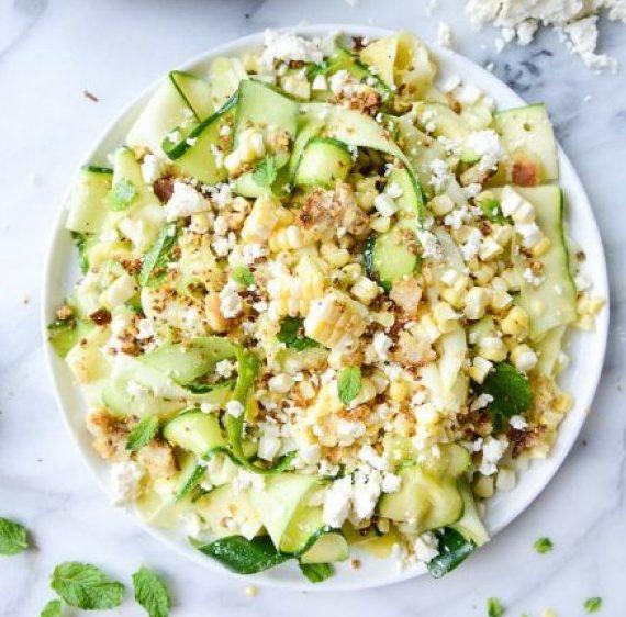 Σούπερ δροσερή σαλάτα με κολοκύθι και κοτόπουλο
