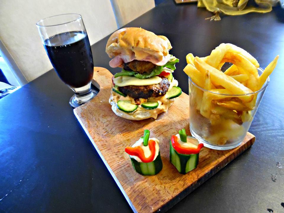 Σπιτικά μπέργκερ της Έφης-Homemade burgers and french fries
