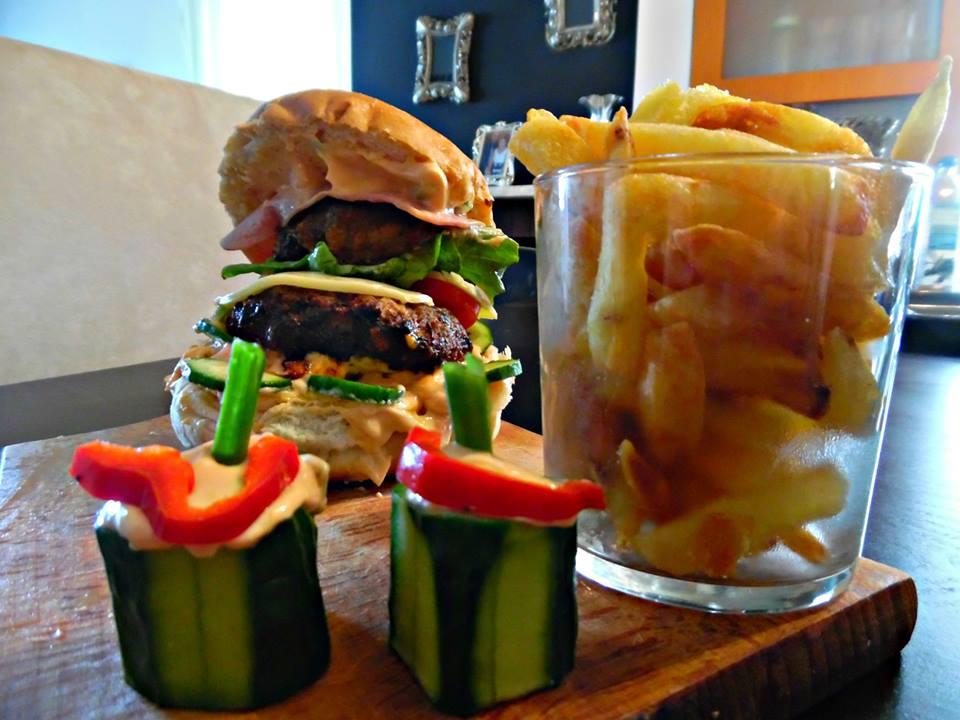 Σπιτικά μπέργκερ της Έφης-Homemade burgers and french fries1