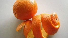 Το έξυπνο tip με μια φλούδα πορτοκαλιού μέσα στο φούρνο