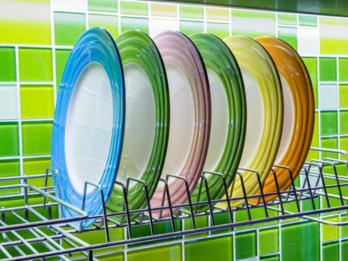 Τρεις συνήθειες που καταστρέφουν τα πιάτα και τα ποτήρια σας