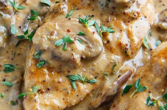 Κοτόπουλο με λαχανικά σε κρεμώδη σάλτσα κρέμας γάλακτος και μουστάρδας