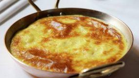 Εύκολη και θρεπτική συνταγή για μεσημεριανό: Ομελέτα με κοτόπουλο