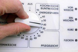 Eine Hand dreht an dem Auswahlknopf einer Waschmaschine, aufgenommen am 24.03.2009 in Straubing (Niederbayern). Foto: Armin Weigel dpa/lby +++(c) dpa - Report+++