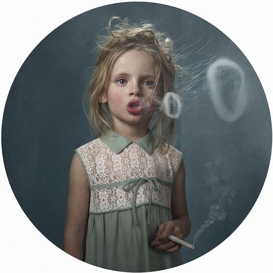 Παιδιά καπνιστές: Μια φωτογράφιση που δείχνει πως οι μεγάλοι επηρεάζουν τα παιδιά
