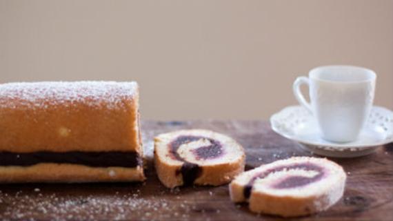Ρολό κέικ γεμιστό με μερέντα