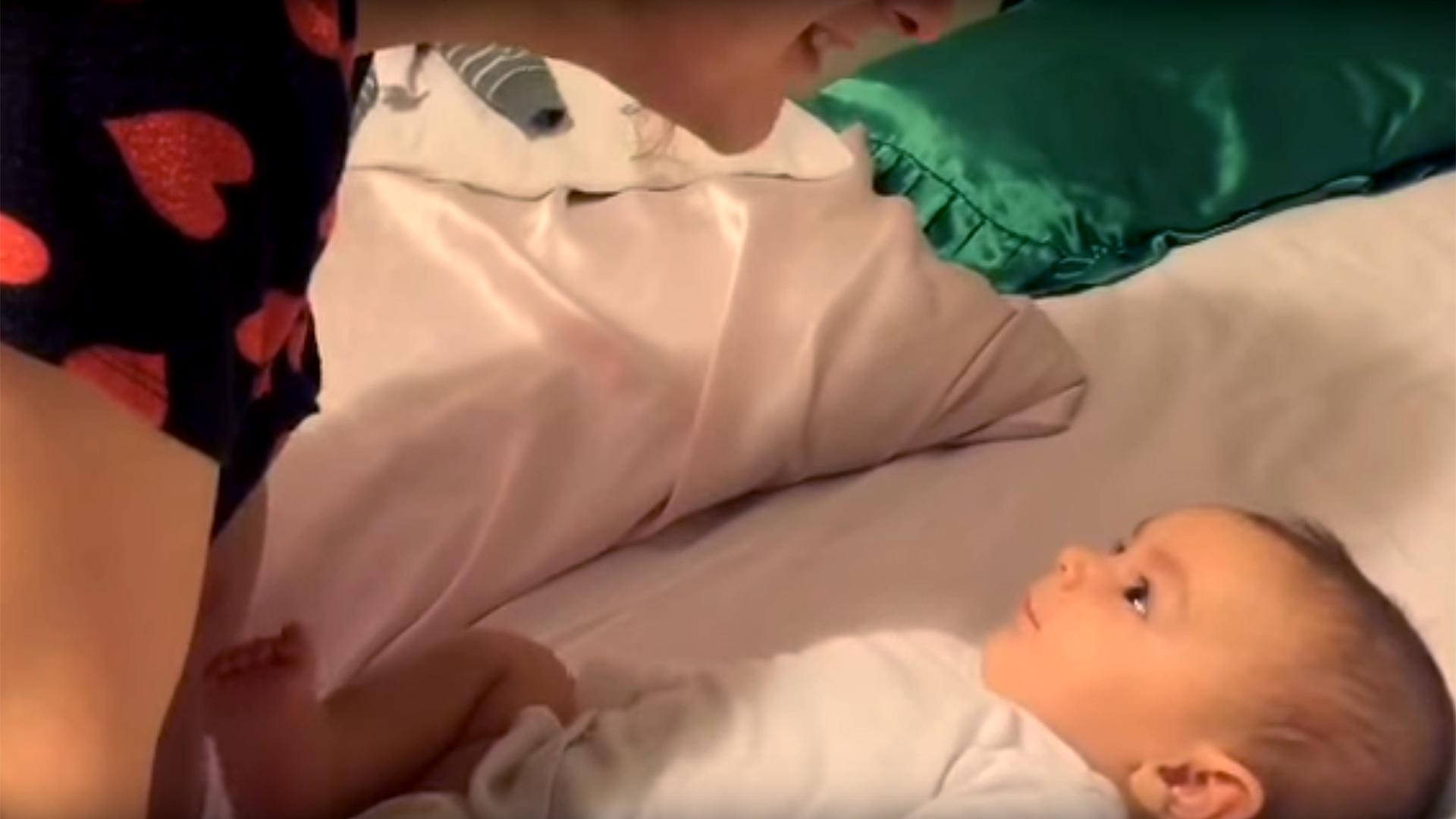 Δείτε αυτό το αξιολάτρευτο μωράκι που είναι μόλις 3 μηνών και λέει ''σ'αγαπώ''