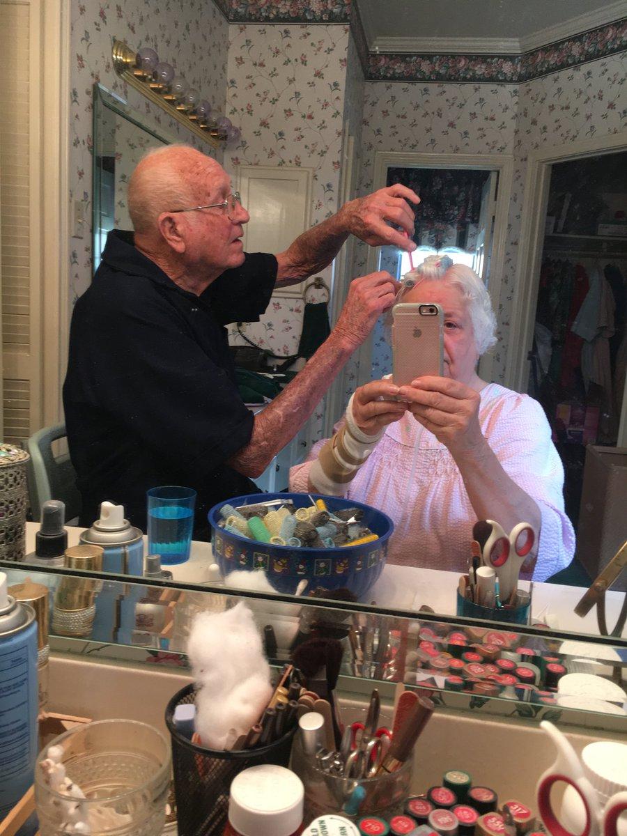 Η φωτογραφία του παππού που χτενίζει τα μαλλιά της γυναίκας του  έγινε viral!