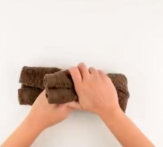 Διπλώνει μια πετσέτα και φτιάχνει κάτι που θα ξετρελάνει τα παιδια!