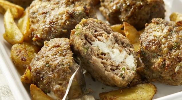 Μαμαδίστικα μπιφτέκια γεμιστά με τυρί & τραγανές λεμονάτες πατάτες