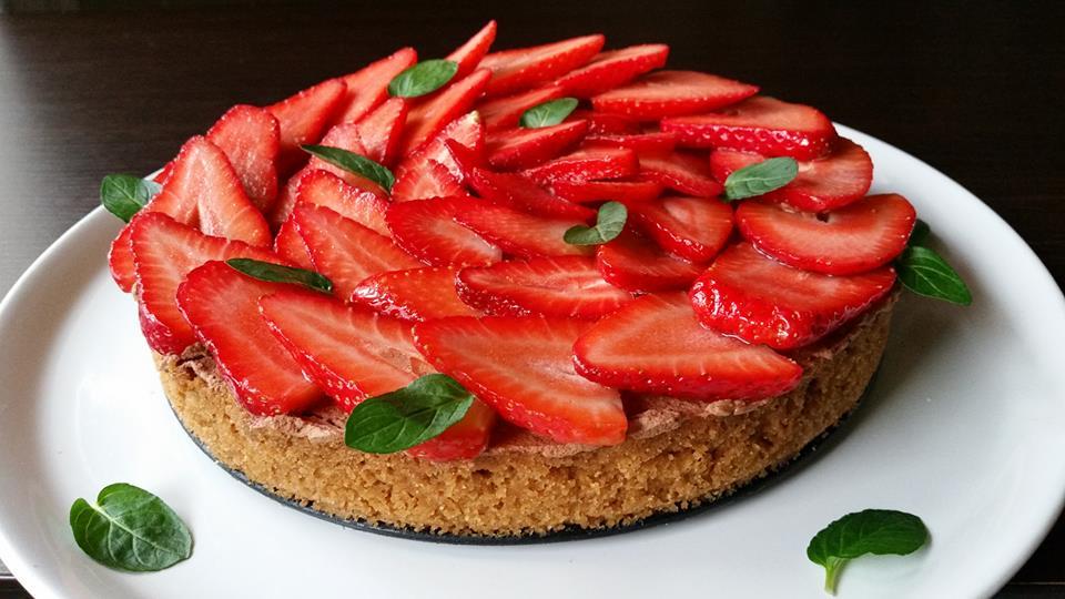 Μπισκοτένια τάρτα με καραμέλα και φρέσκες φράουλες.