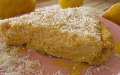 Τάρτα με κρέμα λεμονιού πασπαλισμένη με καρύδα