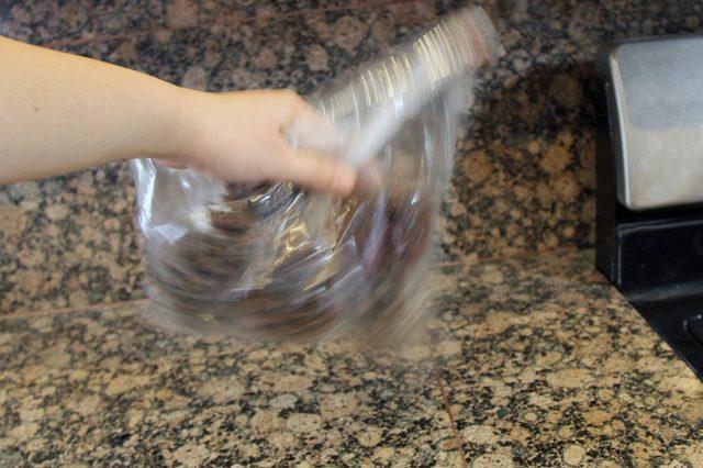 Ανακινήστε την τσάντα προκειμένου να διανείμετε το άρωμα  και να γίνουν τα κουκουνάρια αρωματικά.