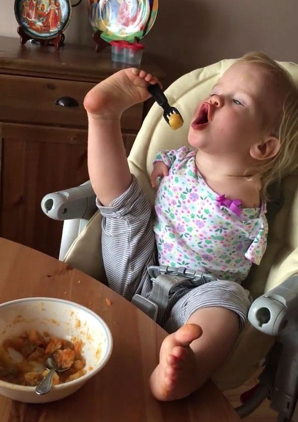 Ένα νήπιο που γεννήθηκε χωρίς χέρια μαθαίνει πως να τρώει μόνο του