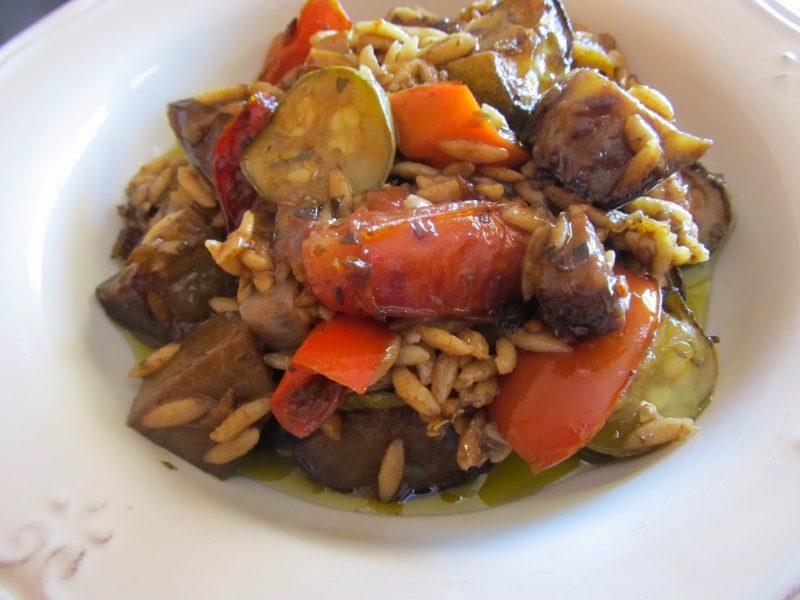 Κριθαράκι με πολλά λαχανικά στο φούρνο