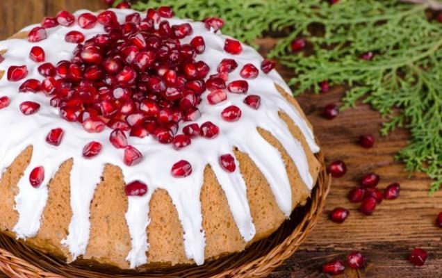 Κέικ με ρόδια, καρύδια και γλάσο γιαουρτιού