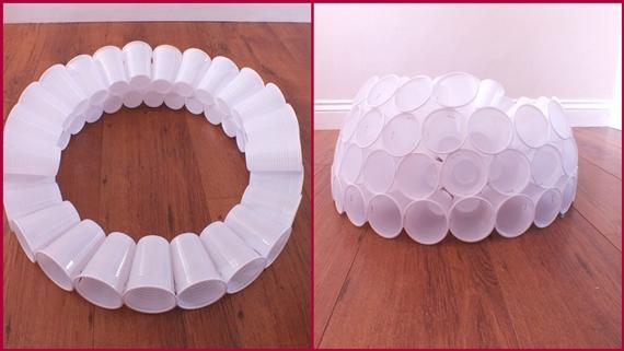 Ενώνει πλαστικά ποτήρια και φτιάχνει την πιο υπέροχη Χριστουγεννιατικη κατασκεύη