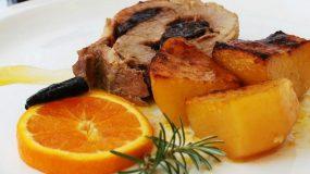 Χοιρινό ρολό με πορτοκάλι -κονιάκ και πατάτες φούρνου