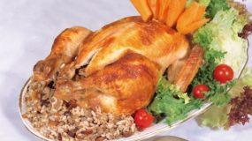 Κοτόπουλο γεμιστό με παραδοσιακή γέμιση στη γάστρα.