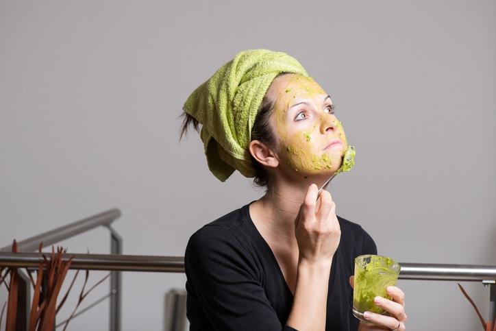 10 φυσικά καλυντικά που μπορείς να φτιάξεις με ένα αβοκάντο
