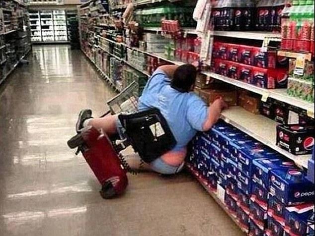 Η φωτογραφία της παχύσαρκης γυναίκας που έπεσε από το σκουτεράκι της μέσα σε ένα κατάστημα,τα χλευαστικά σχόλια για εκείνη...Και η αποστομωτική απάντησή της...