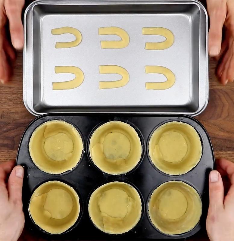 Κόβει την ζύμη σε λωρίδες... Αυτό που ακολουθεί θα σας κάνει να τρέξετε να φτιάξετε αυτή τη συνταγή!