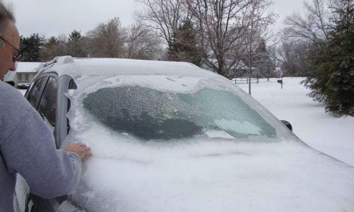 Πώς θα βγάλετε σωστά το χιόνι και τον πάγο από το αυτοκίνητο