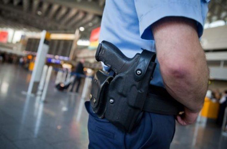 Αστυνομικοί ανάγκασαν μητέρα σε αεροδρόμιο στη Γερμανία να δείξει το στήθος της για να αποδείξει πως θηλάζει