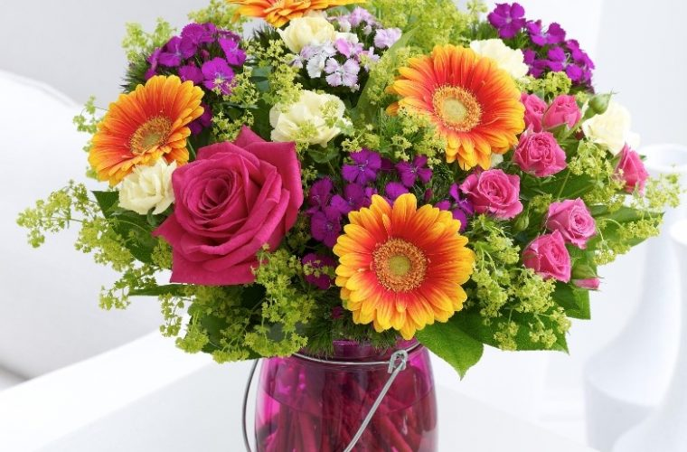 Ρίχνει στο βάζο με τα λουλούδια της ζάχαρη και ξύδι. Αν δείτε γιατί θα το κάνετε αμέσως!