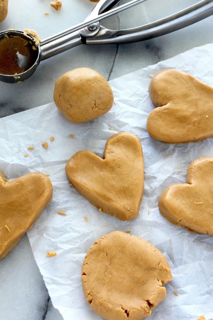 Πεντανόστιμες καρδιές με φυστικοβούτυρο και επικάλυψη σοκολάτας για την ημέρα του Αγιού Βαλεντίνου