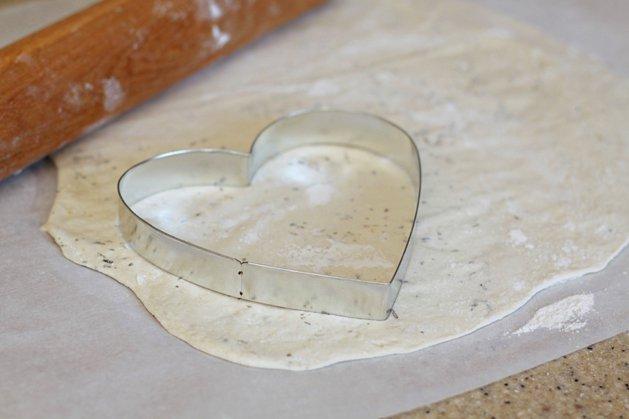 Σπιτική πίτσα με πεπερόνι σε σχήμα καρδιάς που θα ξετρελάνει τα μικρά σας!