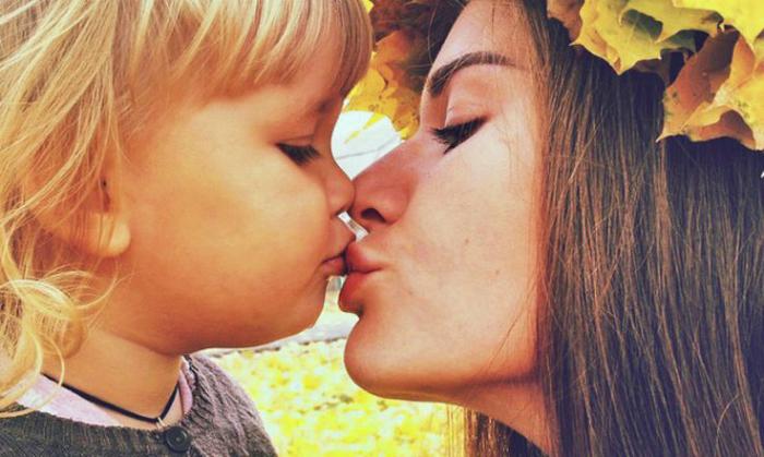 Επιτρέπεται να φιλάμε τα παιδιά μας στα χείλη;