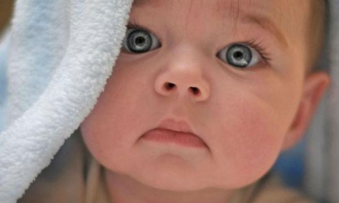 Γιατί τα μωρά δεν κλείνουν σχεδόν ποτέ τα βλέφαρά τους όταν είναι ξύπνια;