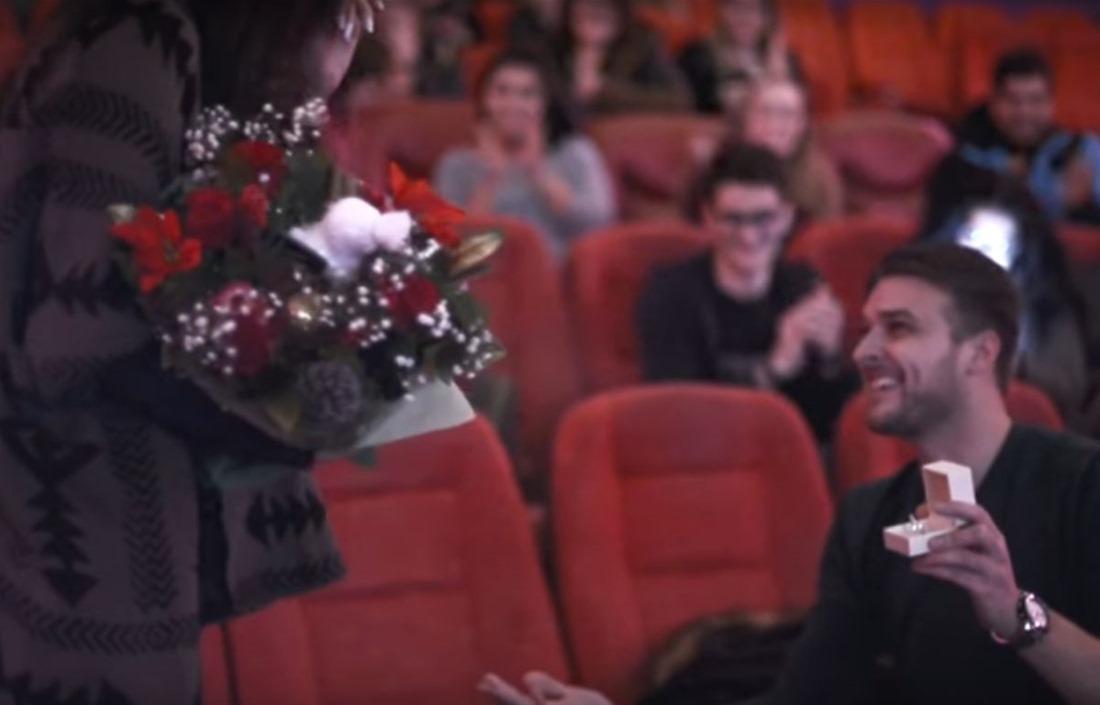 Απίστευτη πρόταση γάμου στη Θεσσαλονίκη: Της έκανε πρόταση γάμου στο σινεμά με… trailer! (VIDEO)