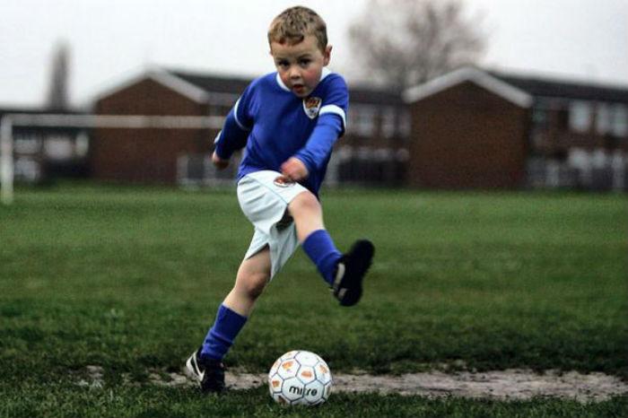 Προσοχή μανούλες! Δείτε από τι κινδυνεύουν τα παιδιά που παίζουν ποδόσφαιρο!