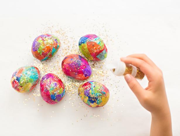 Παίρνει χαρτί περιτυλίγματος και γκλίτερ και τα βάζει στα αυγά. Μόλις δείτε το αποτέλεσμα θα τρέξετε να το κάνετε και εσείς!