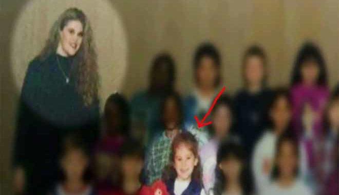 20 Χρόνια Μετά, η Δασκάλα Κοιτάει ΑΥΤΗ τη Σχολική Φωτογραφία… Σοκαρισμένη ΔΕΝ Μπορεί να Πιστέψει ΤΙ Βλέπει…!