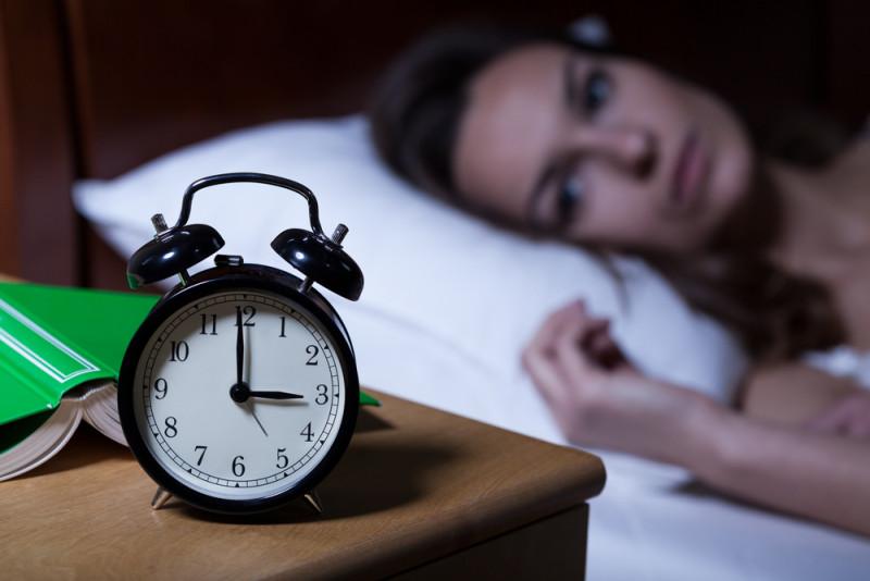9 νυχτερινές συνήθειες που δεν σε αφήνουν να αδυνατίσεις