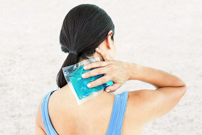 10 κορυφαίες θεραπείες για τη καταπολέμηση του πόνου του αυχένα!