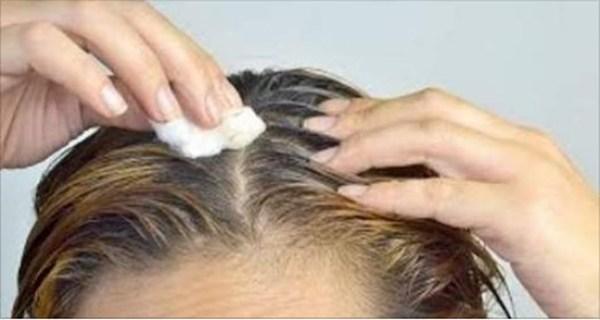 Βάζει αυτό στο μαλλιά της... και οι άσπρες τρίχες γίνονται μαύρες ξανά!