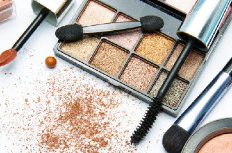 Αν έχετε αυτά τα 6 πράγματα στο νεσεσέρ των καλλυντικών σας, πετάξτε τα άμεσα!