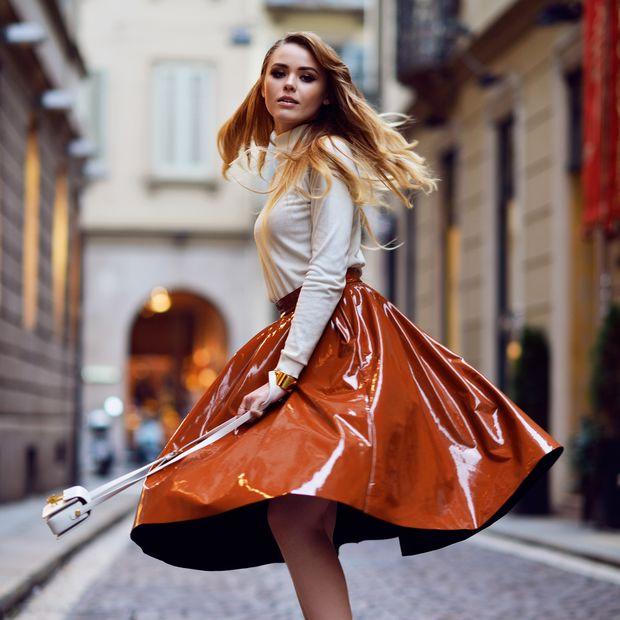 Shiny Happy People: Οι λαμπερές φούστες θα φορεθούν και αυτή την άνοιξη